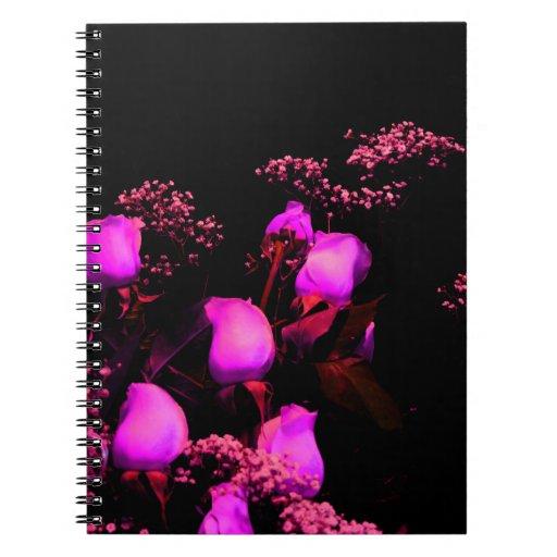 magenta color de rosa del aerosol contra negro libros de apuntes