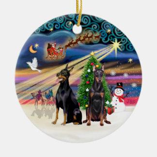 Magia de Navidad - Dobermans (dos) Adorno Redondo De Cerámica
