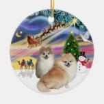Magia de Navidad - dos Pomeranians (WS+cervatillo) Ornamentos De Reyes