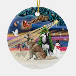 Magia de Navidad - siberiano Huskys (rojo + BW) Adorno Redondo De Cerámica