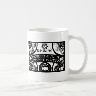 Magia que habla diseño oculto del tablero taza básica blanca