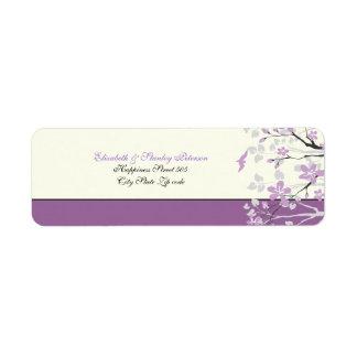 Magnolia con las flores púrpuras que casa la etiqu etiqueta de remite