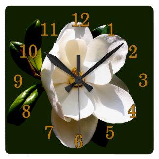 Magnolia con números del oro reloj cuadrado