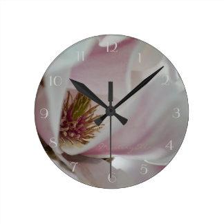 """magnolias"" by mysteryella reloj redondo mediano"