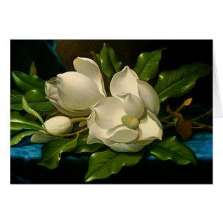 Magnolias gigantes en una tarjeta de nota azul del