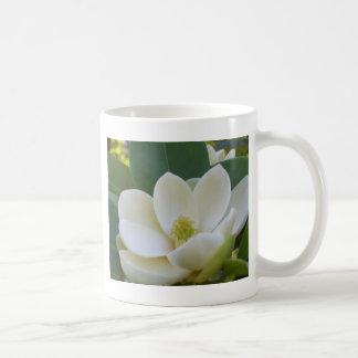 Magnolias meridionales de CricketDiane Taza Clásica
