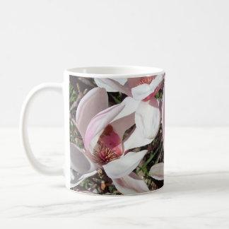 Magnolias rosadas bonitas taza clásica