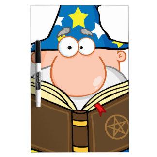 Mago divertido que sostiene un libro mágico pizarra blanca