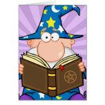Mago divertido que sostiene un libro mágico tarjetas