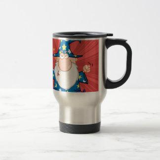 Mago enojado que agita con la vara mágica taza de café
