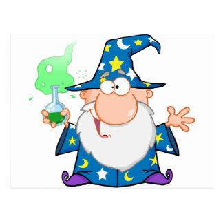 Mago loco que sostiene una poción mágica verde tarjetas postales