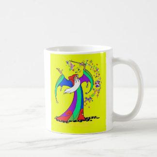 Mago que echa encantos mágicos coloridos con la va taza básica blanca