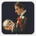 Mago Thurston del vintage que sostiene un cráneo Pegatina Cuadrada