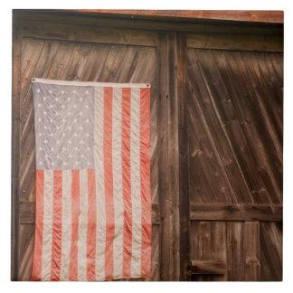 Maine, bandera americana descolorada en puerta del azulejo cuadrado grande