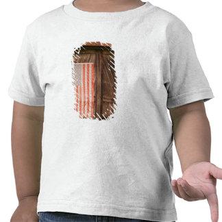 Maine bandera americana descolorada en puerta del camisetas