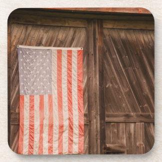 Maine, bandera americana descolorada en puerta del posavasos