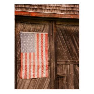 Maine, bandera americana descolorada en puerta del tarjetas postales