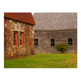 Maine, edificio de piedra viejo y granero de postal