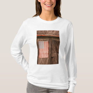 Maine, Faded American flag on door of old barn T-Shirt