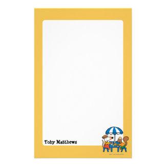 Maisy escribe las postales debajo del paraguas  papeleria de diseño