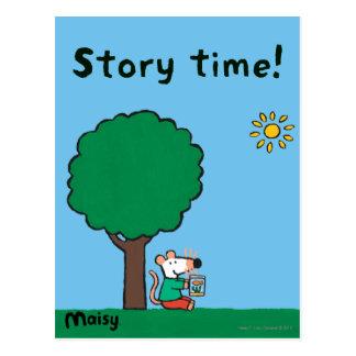 Maisy lee su libro de la biblioteca afuera tarjeta postal