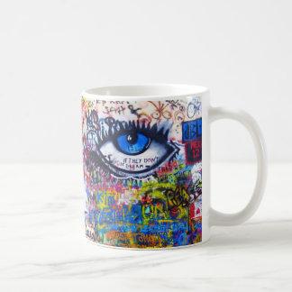 Mal de ojo azul de la pintada taza de café