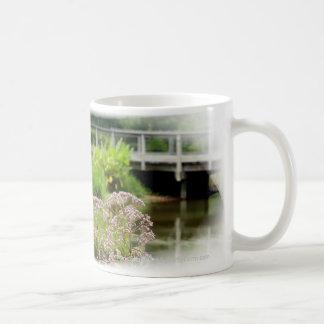 Mala hierba de Joe Pye y taza de café del puente