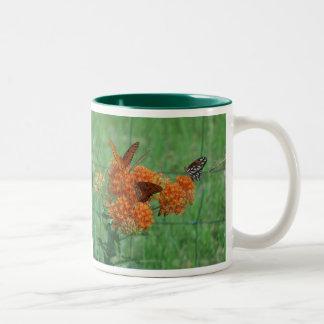 Mala hierba de mariposa taza de dos tonos