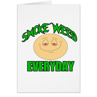 Mala hierba del humo cada smiley divertido del día tarjeta de felicitación