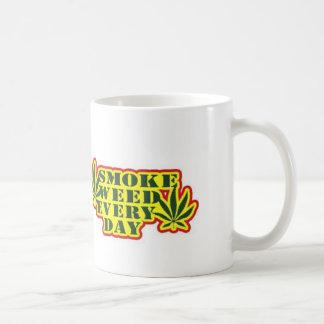 Mala hierba del humo cada taza de café del día