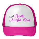 Mala noche de los chicas hacia fuera gorras de camionero