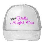 Mala noche de los chicas hacia fuera gorro