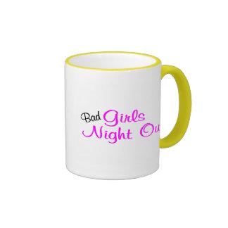 Mala noche de los chicas hacia fuera taza de dos colores
