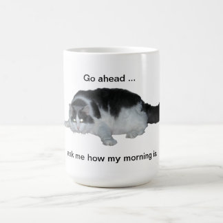 Mala taza del gato de la mañana