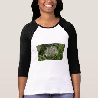 Malas hierbas en mi cama de flor camiseta