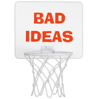 """Malas ideas"" sobre aro de baloncesto de la basura Minicanastas"