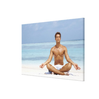 Maldivas, hombre joven hermoso meditating en a impresión en lona