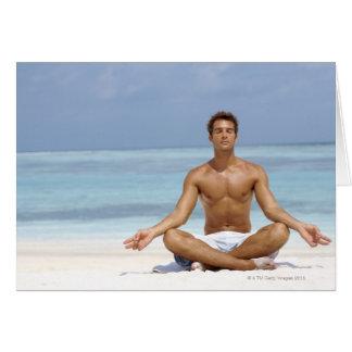Maldivas, hombre joven hermoso meditating en a tarjeta de felicitación