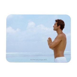 Maldivas, yoga practicante del individuo joven ele iman rectangular