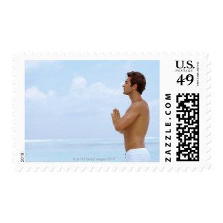 Maldivas, yoga practicante del individuo joven sellos