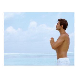 Maldivas, yoga practicante del individuo joven postales