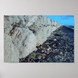 Malecón de la piedra caliza en el puerto deportivo poster