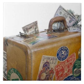 Maleta antigua con el dinero que resalta azulejo cuadrado grande