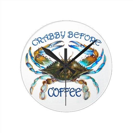 Malhumorado antes de reloj del café