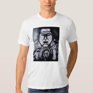 Malvado que sostiene la camiseta del orbe poleras