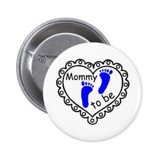 Mamá a ser corazón azul de las huellas del muchach pin redondo de 2 pulgadas
