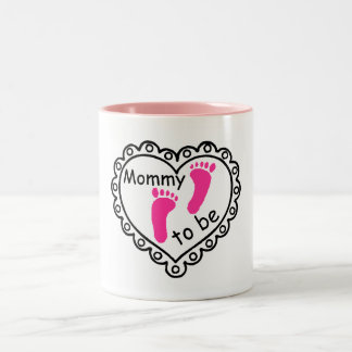 Mamá a ser corazón rosado de las huellas del chica taza