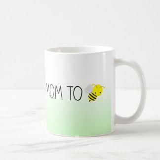 Mamá a ser, verde del abejorro/amarillo lindos taza de café