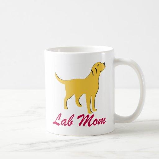 Mamá amarilla del laboratorio taza básica blanca