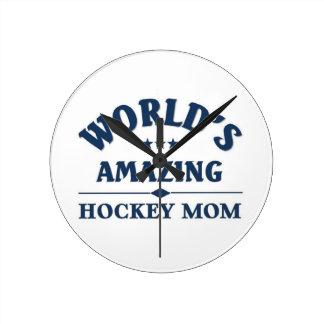 Mamá asombrosa del hockey del mundo reloj redondo mediano